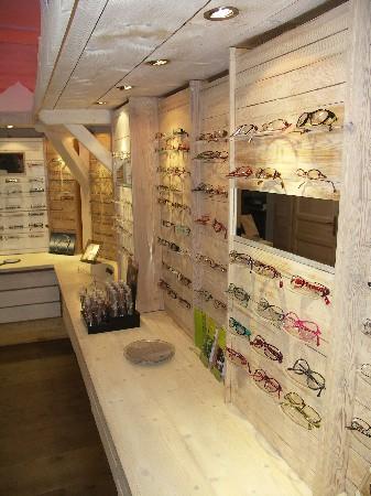 Plus d'une dizaine de créateurs de lunettes sont représentés dans notre magasin, pour la plupart issue d'une fabrication française!