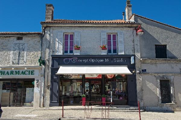 Notre magasin au centre ville de La Couronne, face au parking gratuit.