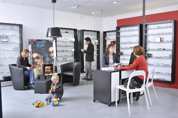 vue intérieure du magasin, avec les espaces conseils, le salon d'attente, des jouets à disposition des plus petits...